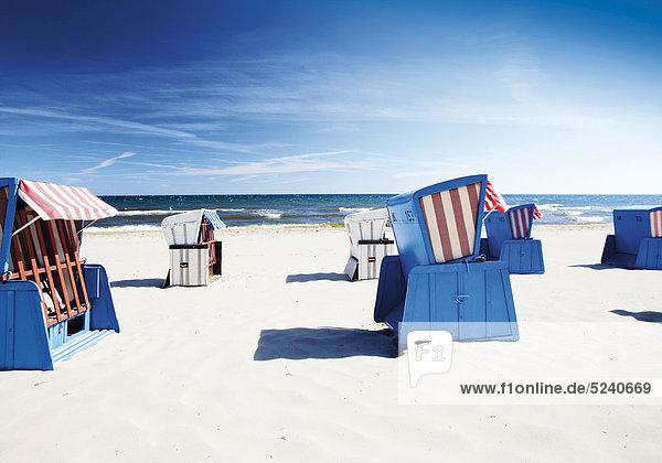 Strandkörbe an Sandstrand