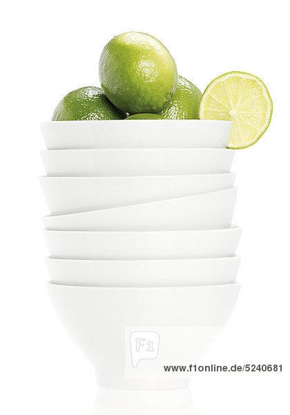 Stapel Schüsseln mit Limonen