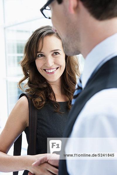 Deutschland  Bayern  Diessen am Ammersee  Nahaufnahme von jungen Geschäftsleuten beim Händeschütteln  Lächeln