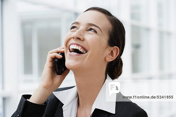Diessen am Ammersee  Junge Geschäftsfrau beim Telefonieren  Lachen  Nahaufnahme