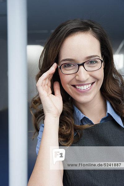 Diessen am Ammersee  Nahaufnahme einer Geschäftsfrau  lächelnd  Portrait