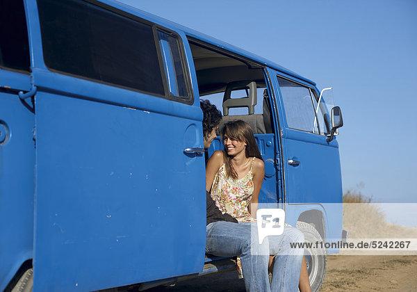 Junges Paar sitzt in einem stehenden Bus Junges Paar sitzt in einem stehenden Bus