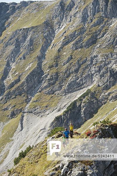 Österreich  Kleinwalsertal  Wandergruppe auf felsigem Bergweg