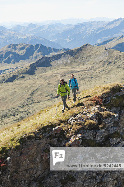 Österreich  Kleinwalsertal  Mann und Frau beim Wandern am Felsrand