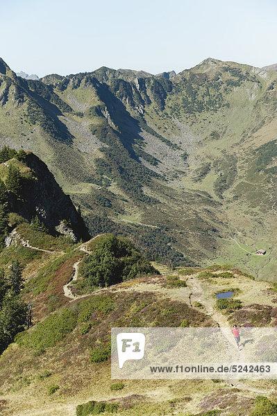 Österreich  Kleinwalsertal  Mittelerwachsener Mann auf dem Bergweg