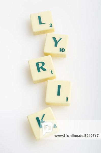 Scrabble-Spiel mit Wort'Lyrik' auf weißem Hintergrund'.