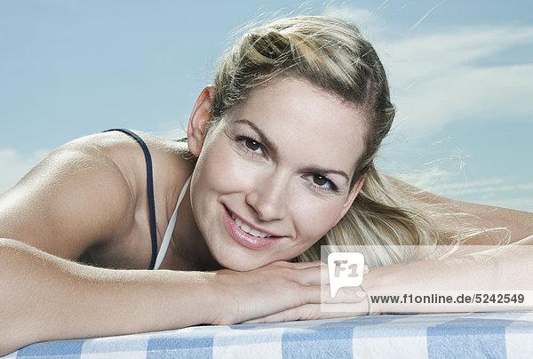 Italien  Toskana  Nahaufnahme einer jungen Frau  entspannend  lächelnd  Porträt