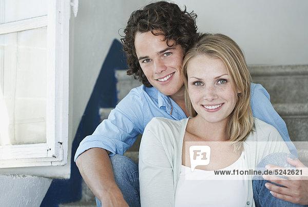 Italien  Toskana  Junges Paar auf der Treppe des Hotels sitzend  Portrait