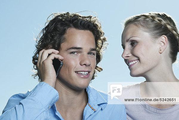 Italien  Toskana  Nahaufnahme eines jungen Paares  Mann mit Handy