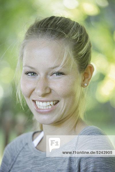 Nahaufnahme einer jungen Frau  lächelnd  Porträt