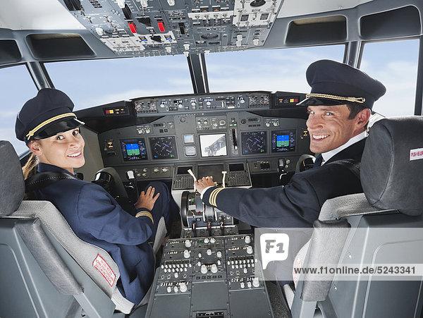 Deutschland  Bayern  München  Pilot und Co-Pilot beim Fliegen aus dem Flugzeug-Cockpit