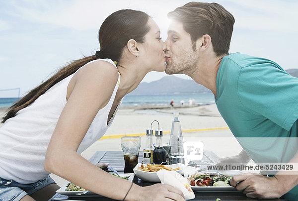 Spanien  Mallorca  Junges Paar beim Abendessen in der Nähe von Strand