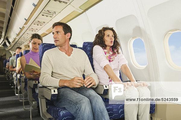 Deutschland  München  Bayern  Passagiere Lesebuch im Economy Class Flugzeug