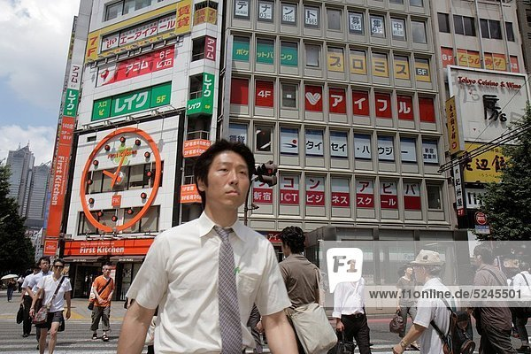 Städtisches Motiv  Städtische Motive  Straßenszene  Straßenszene  überqueren  Mann  Symbol  Tokyo  Hauptstadt  Restaurant  Fußgänger  Business  Japan  Shinjuku