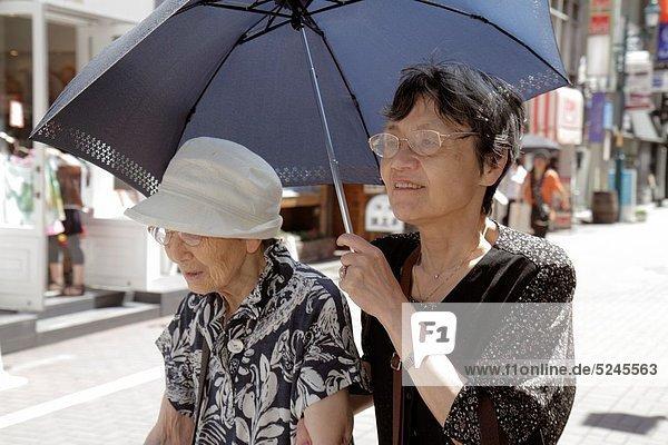 Senior  Senioren  Frau  Regenschirm  Schirm  Straße  Gasse  Tokyo  Hauptstadt  Eisenbahnwagen  Chuo street  Mutter - Mensch  Ginza  Japan
