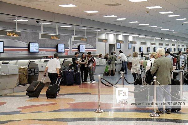 Check-in  Frau  Mann  warten  Koffer  Gepäck  Luftverkehr  Passagier  Reihe  Betrieb  Abreise  Florida  Miami