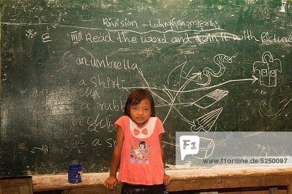 Ländliches Motiv  ländliche Motive  Dorf  lernen  Schule  jung  Mädchen  verboten