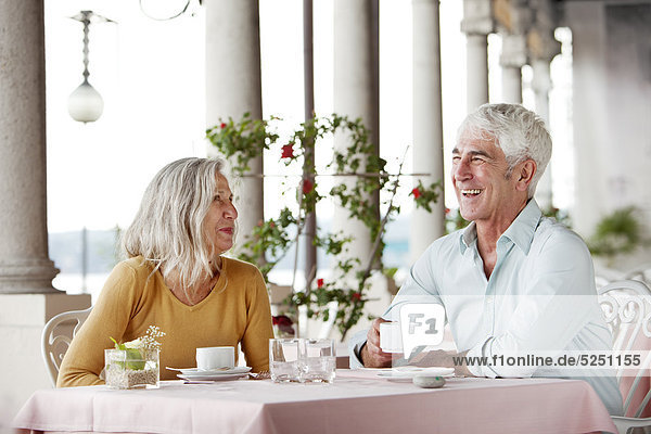 Seniorenpaar in einem Restaurant  Italien  Gardone Riviera