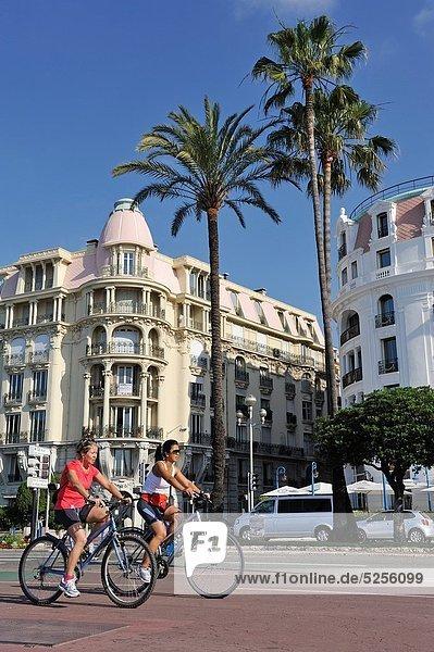 Europa  Lifestyle  Gebäude  Fahrradfahrer  frontal  Freundlichkeit