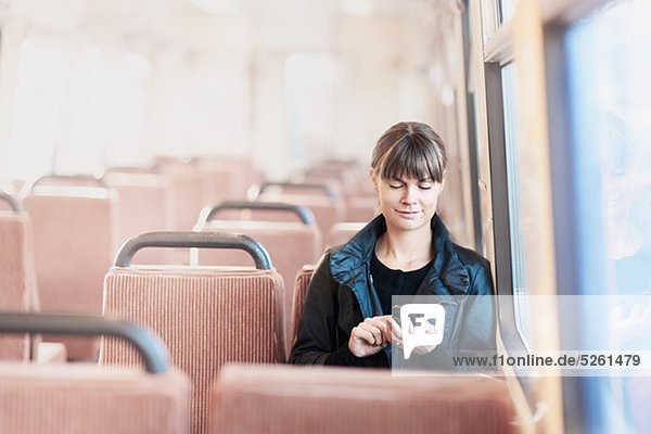 Woman on Bus mit Handy