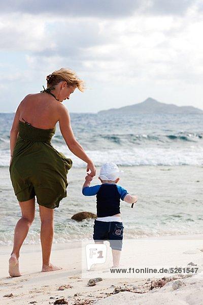 Mutter und Sohn Spaziergang Strand