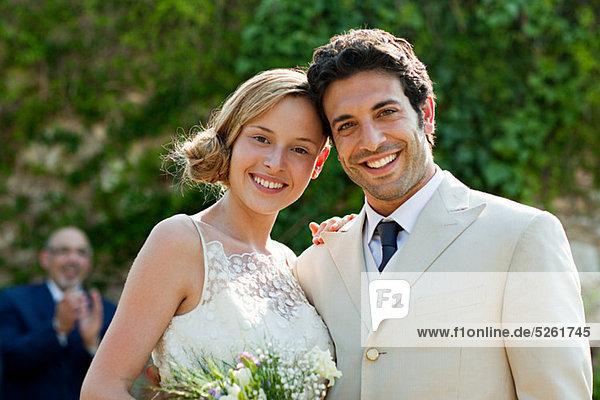 Jungvermählten auf Eheschließung  Blick in die Kamera Jungvermählten auf Eheschließung, Blick in die Kamera