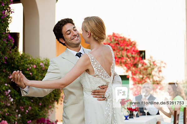 Neuvermählten tanzen bei der Hochzeitsfeier Neuvermählten tanzen bei der Hochzeitsfeier