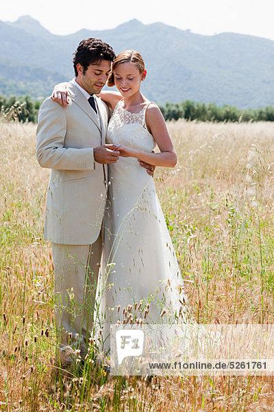 Brautpaar im Feld Blick auf Ehering