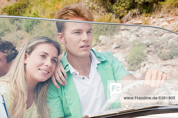 Junges paar Cabrio-Steuerwagen