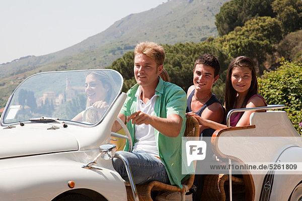 Junge Freunde in convertible car