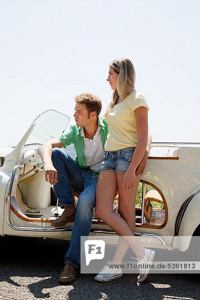 Junges Paar von convertible Car Wegsehen