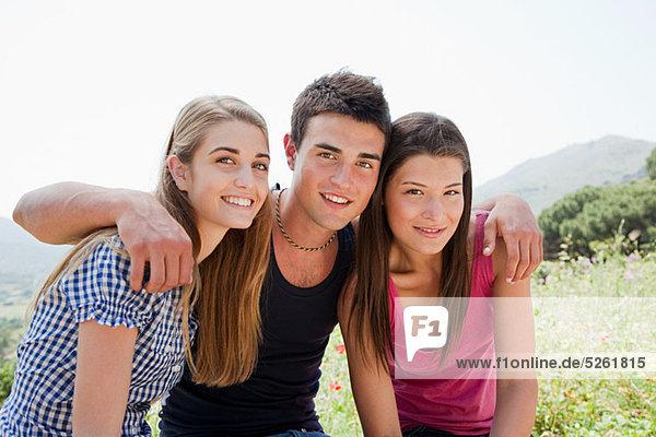 Drei junge Freunde  Blick in die Kamera