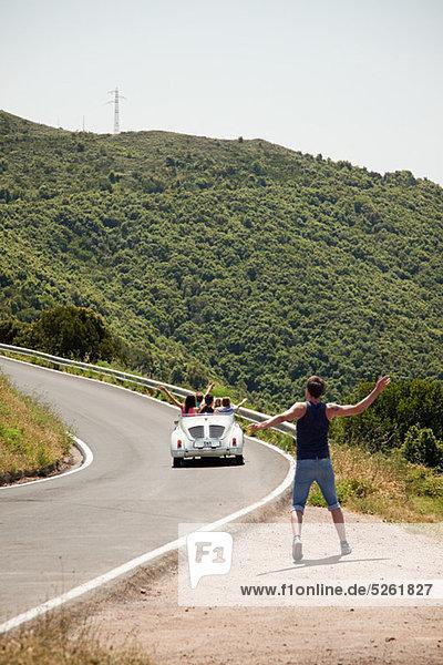 Cabrio Auto fahren vorbei hitchhiker