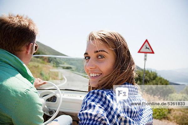 Junges paar in Cabrio Auto
