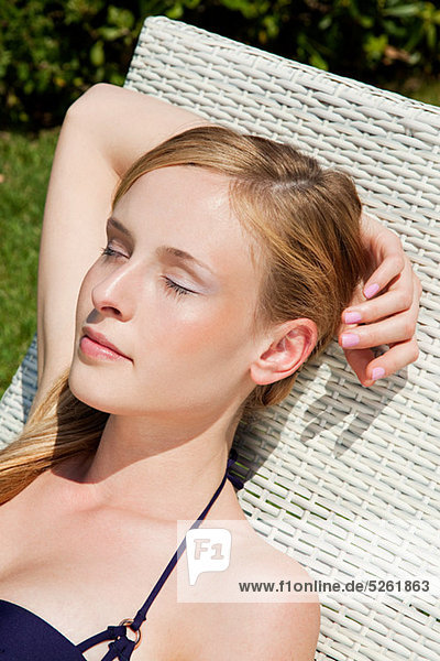 Young Woman sleeping auf Liegestuhl  close up