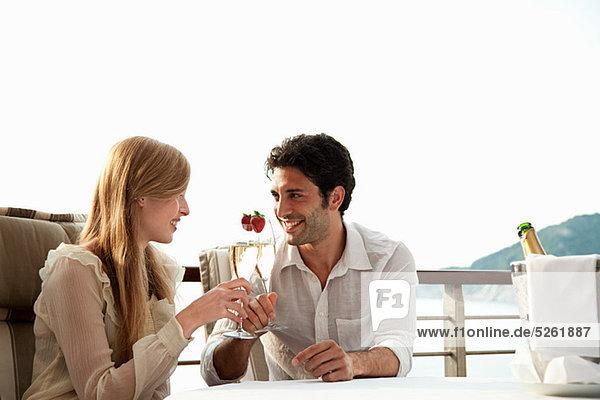 Junges Paar Toast mit Champagner