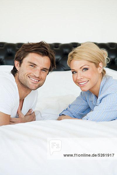 Paar liegen auf dem Bett  Portrait