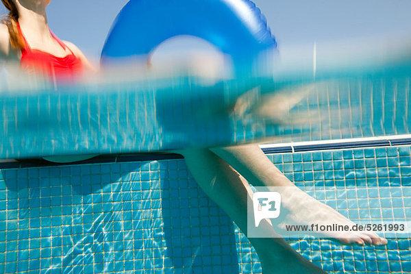 sitzend Frau Unterwasseraufnahme Beckenrand aufblasen klingeln