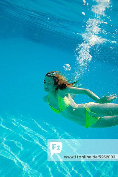 Frau Unterwasseraufnahme jung Schwimmbad schwimmen