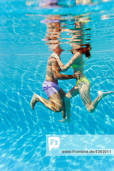 umarmen Unterwasseraufnahme jung schwimmen