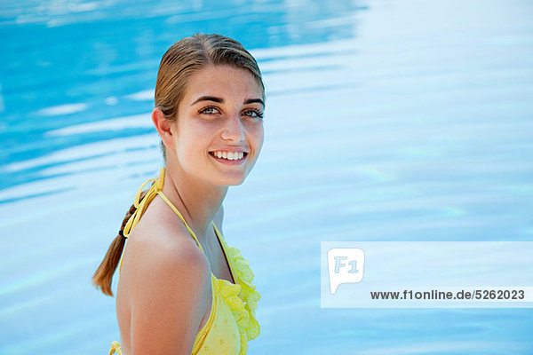 Portrait Frau Bikini gelb jung Schwimmbad