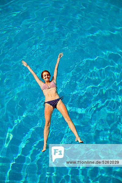Frau fließen jung Schwimmbad