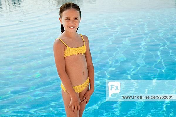 Portrait Bikini gelb Schwimmbad Mädchen