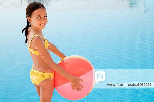 Portrait Strand Schwimmbad Ball Spielzeug Mädchen