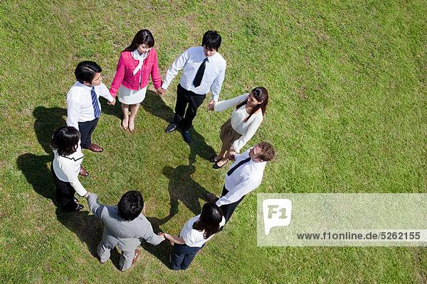 Geschäftsleute im Kreis im Feld  hoher Winkel