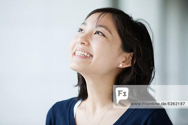 Porträt einer jungen Frau  die nach oben schaut