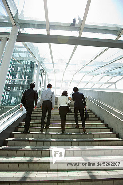 Vier Firmen auf Schritte
