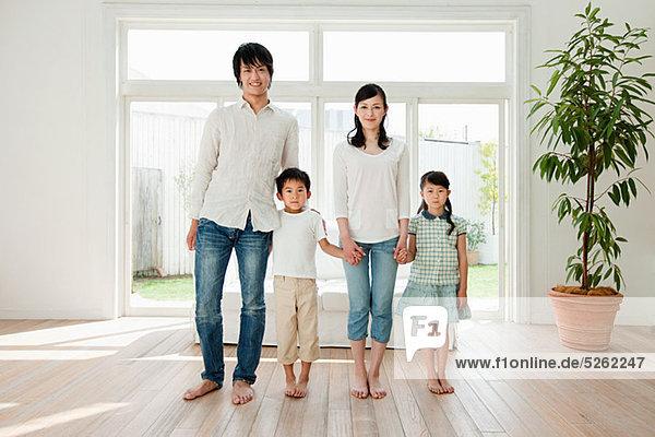 Familie mit zwei Kindern zu Hause  Portrait