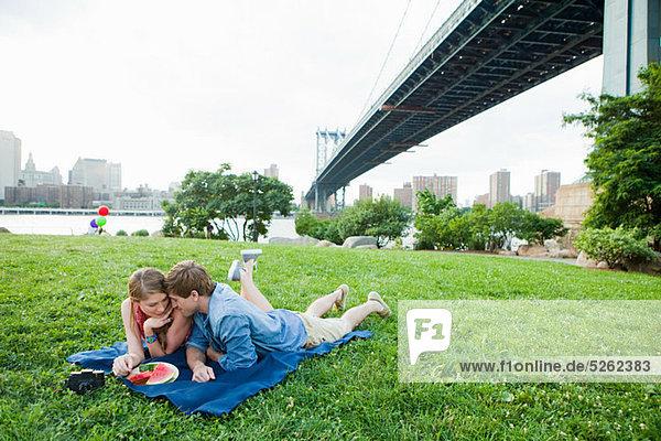 Junges Paar beim Picknick im Park