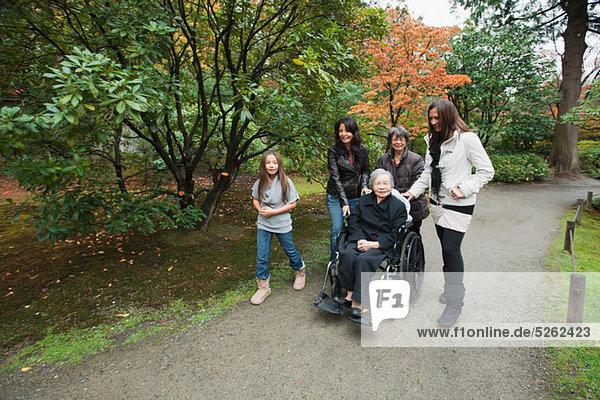 Multi-Generation-Familie mit senior Woman in wheelchair